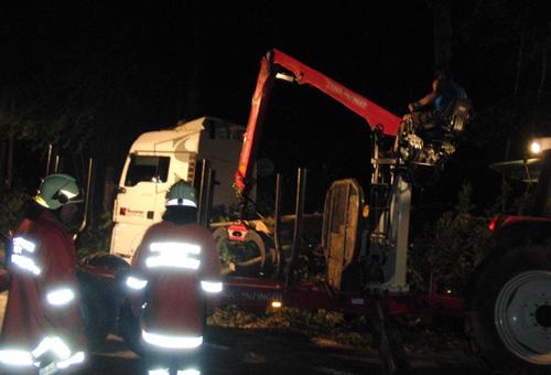 Baum auf LKW und über die B178 gestürzt am 22. August 2011