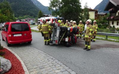 Aufräumen nach Verkehrsunfall Kreisverkehr, am 14.07.2019